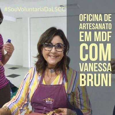 Voluntária Vanessa Bruni com artesanato em MDF para pacientes da Liga